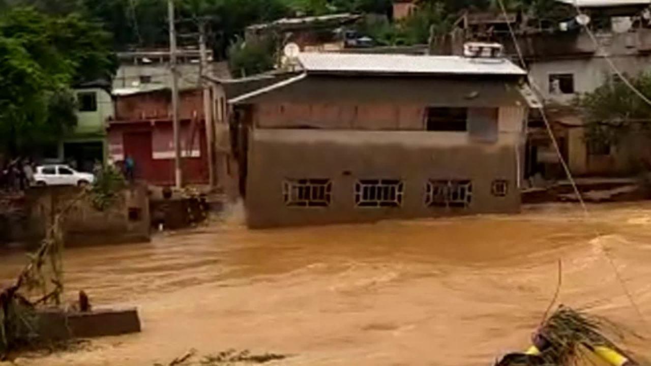 Casa de 2 andares é levada por enchente na cidade de Raul Soares, em MG
