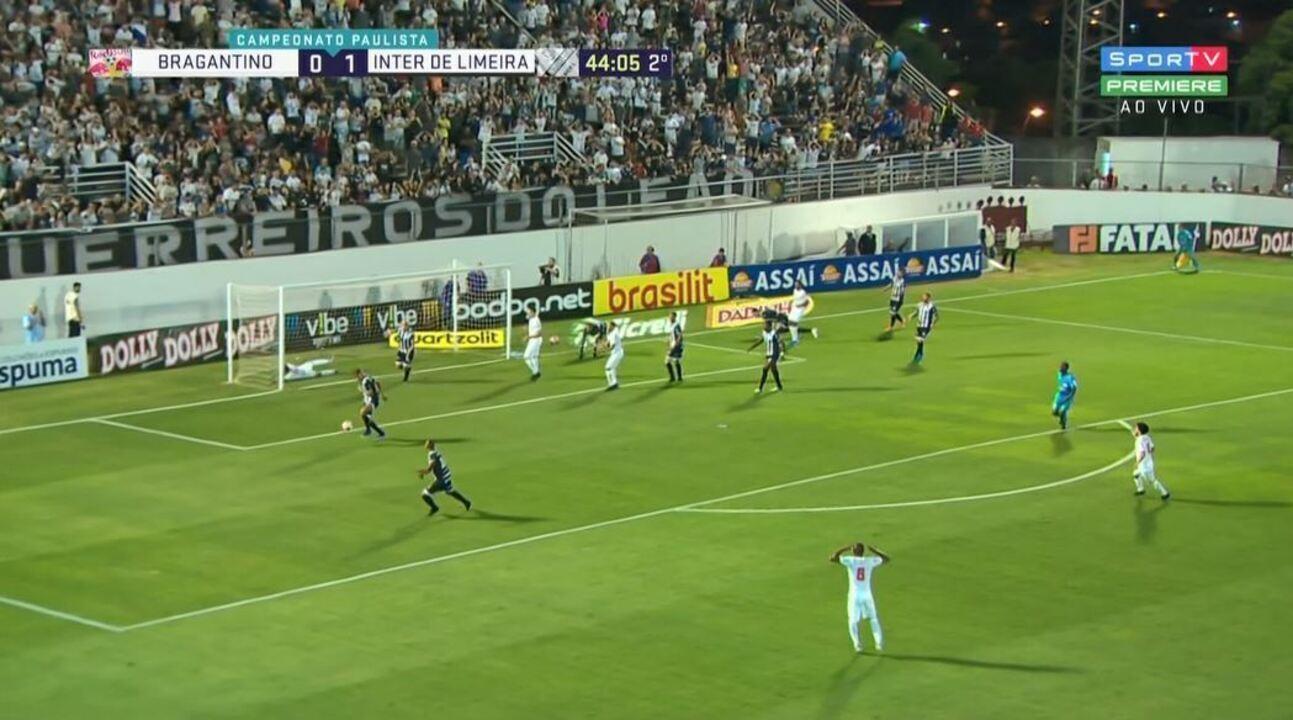 Tubarão, de frente para o gol, manda na trave aos 44 minutos do 2º tempo