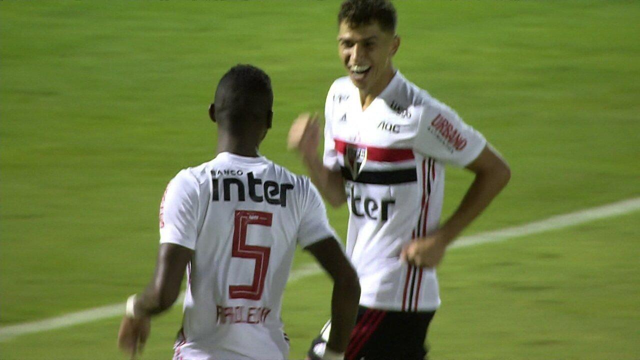 Gol do São Paulo! Bruno Alves cabeceia forte e Saulo defende. No rebote, Arboleda marca, aos 04' do 2º tempo