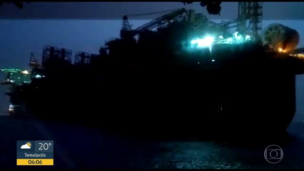 Ventania faz plataforma se soltar e ir parar em praia de Niterói