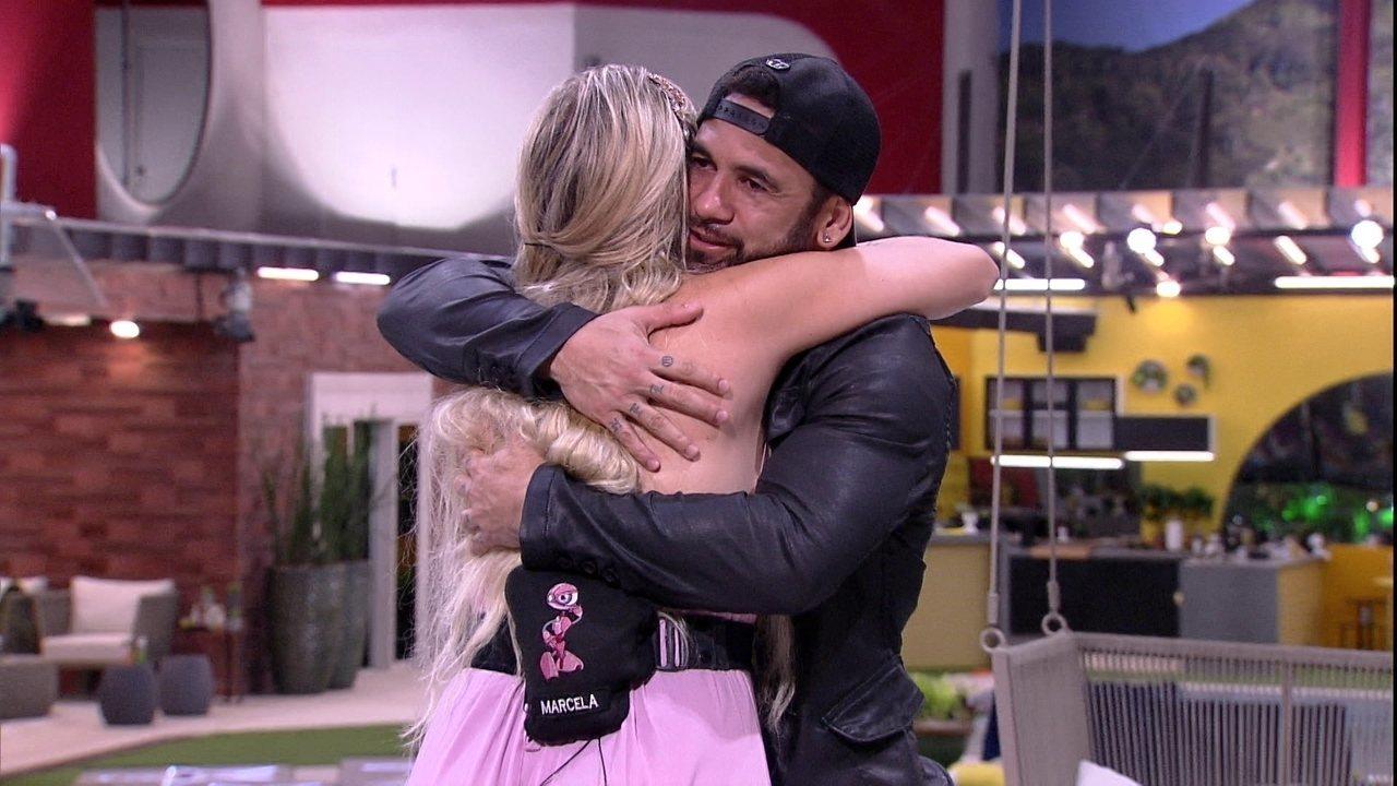 Hadson e Marcela se abraçam após conversa