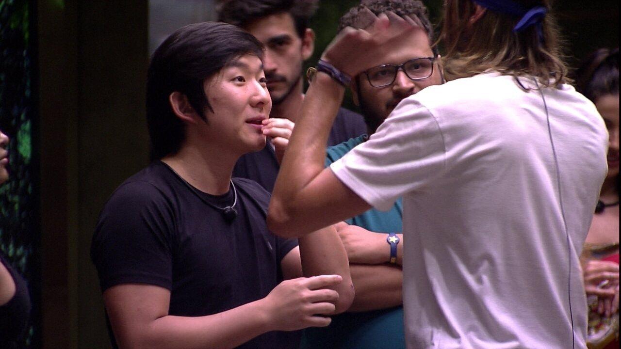 Daniel fala para Pyong que seu filho ainda não nasceu