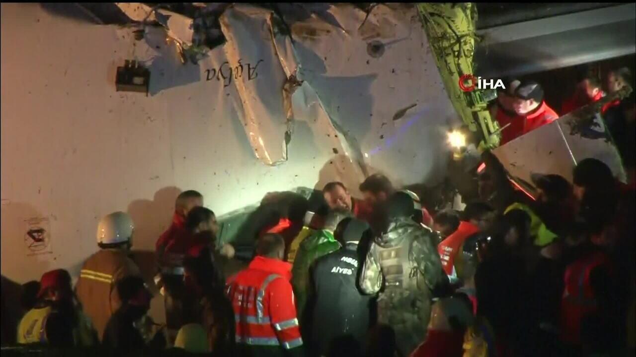 Avião se parte em aterrissagem em Istambul, na Turquia