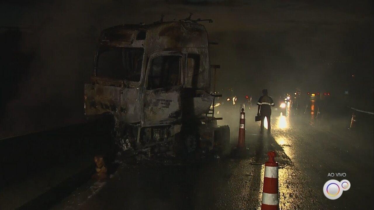 Caminhão pega fogo na Rodovia Edgard Máximo Zamboto em Campo Limpo Paulista