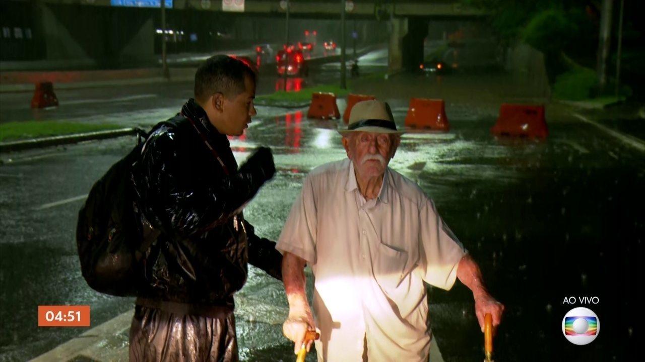Idoso recebe ajuda para sair de carro que ficou parcialmente coberto pela água em SP