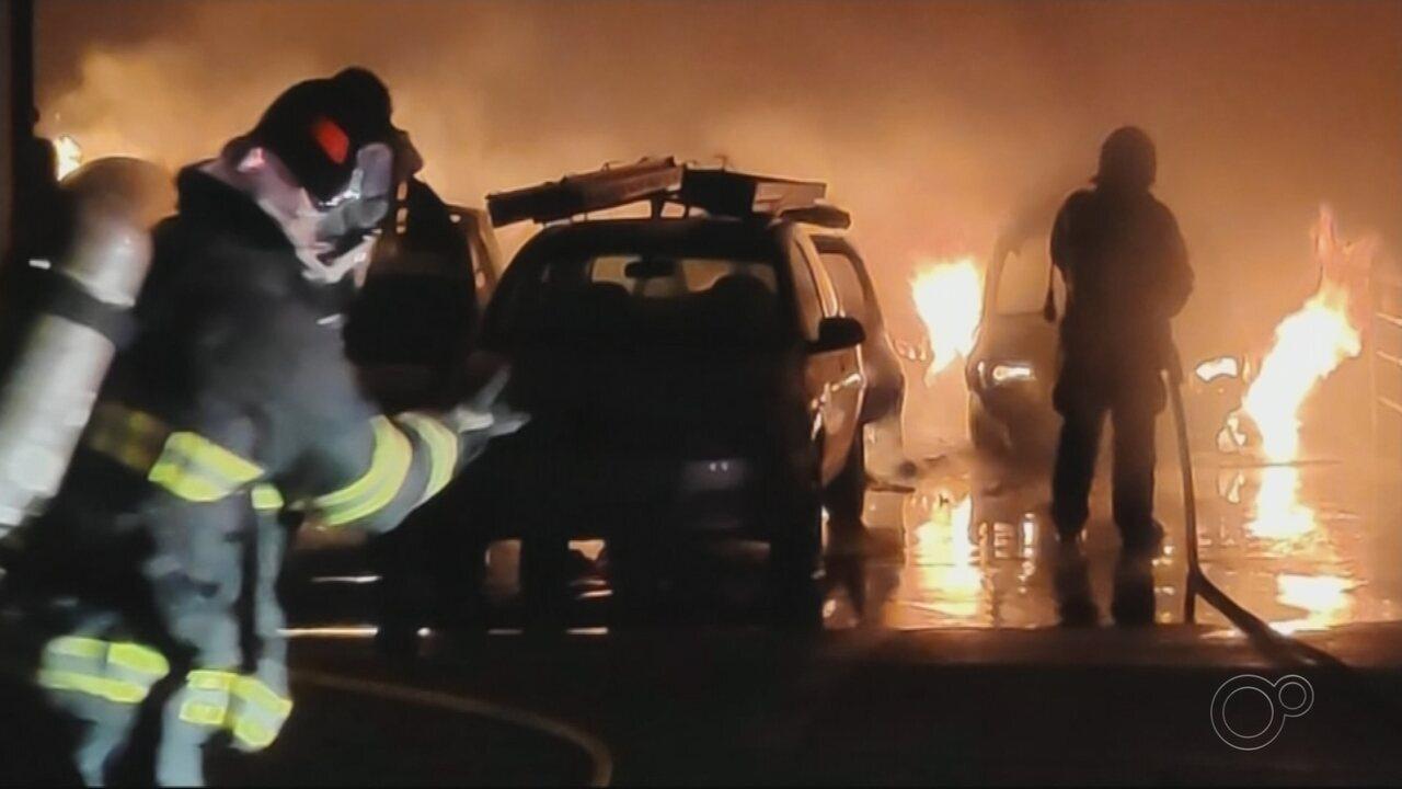 Incêndio destrói carros estacionados em galpão de empresa em Araçatuba