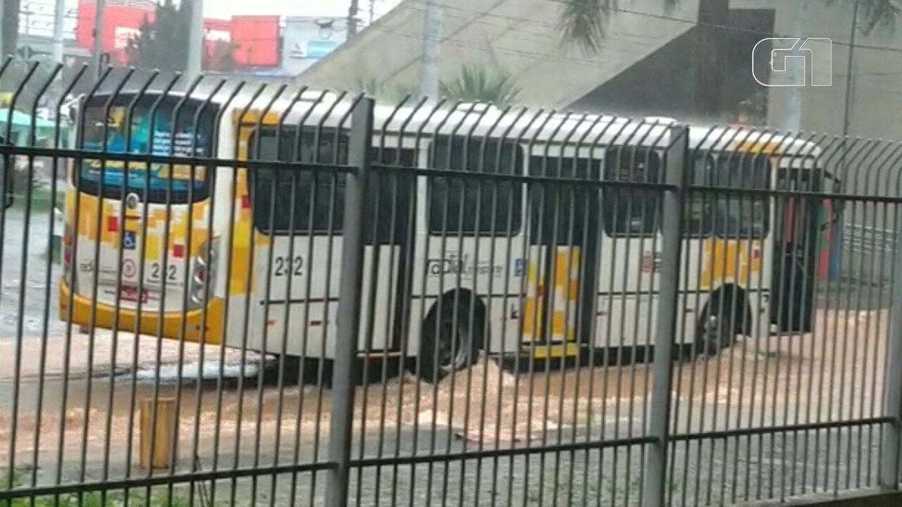 Internauta grava rua alagada na frente da estação da CPTM em Ferraz de Vasconcelos - fras