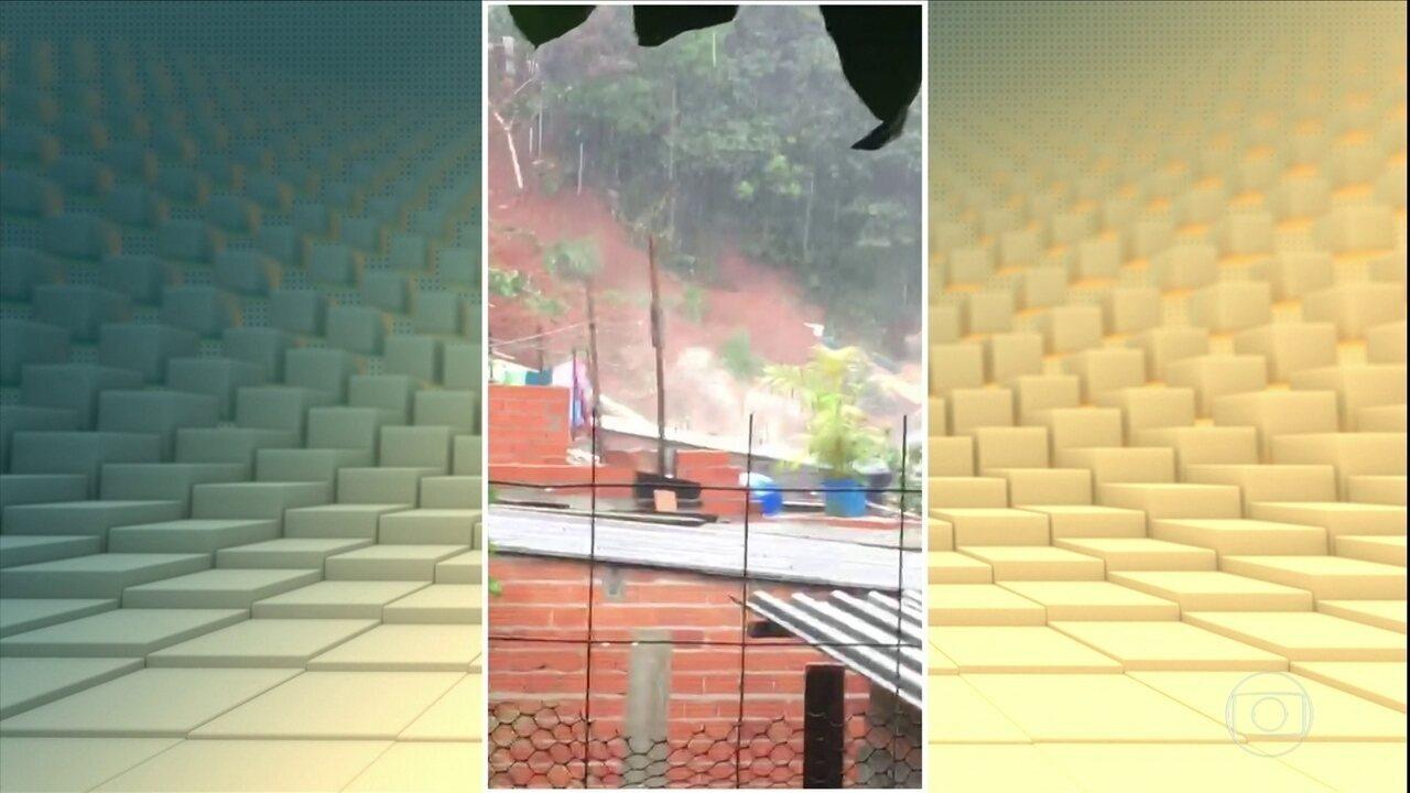 Casa é atingida por um deslizamento, em Osasco, região metropolitana de São Paulo