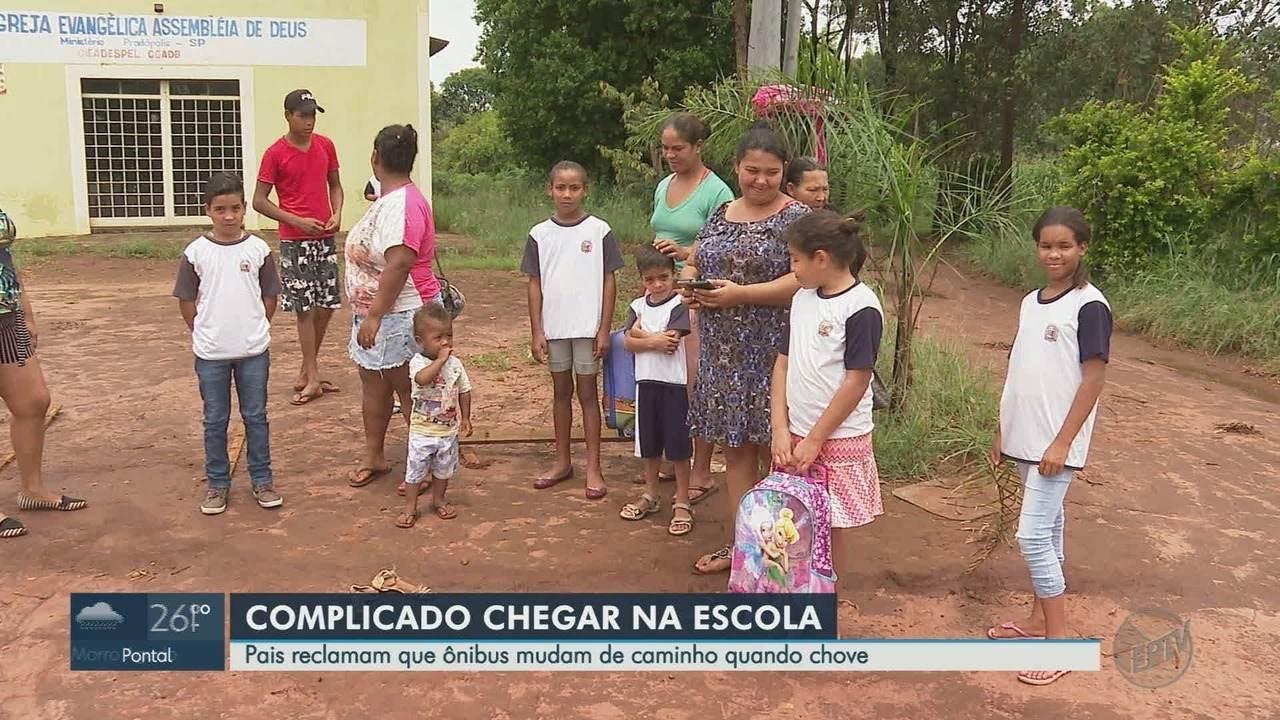 Crianças andam até 5 km na lama para pegar ônibus escolar em Pradópolis, SP, dizem pais