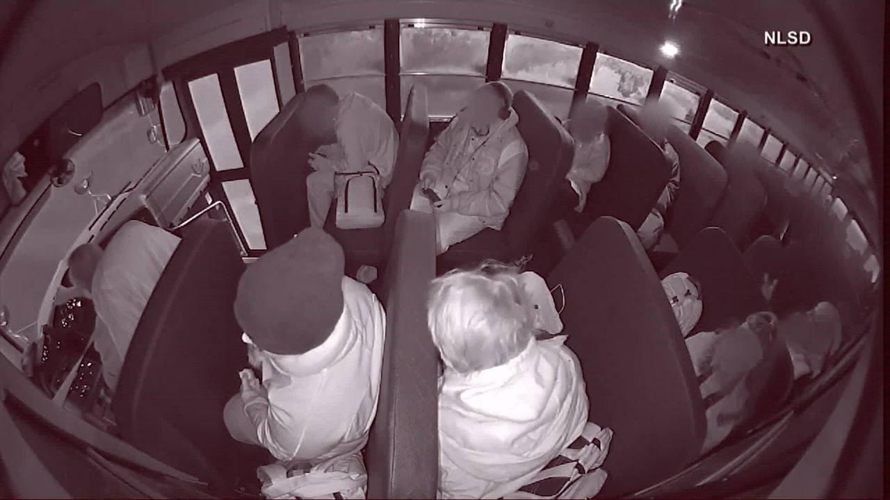 Vídeo mostra momento em que ônibus escolar capota depois de bater