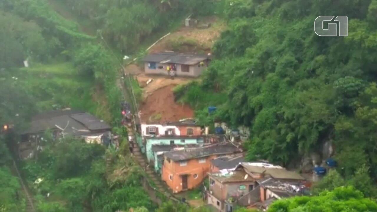 Casa é atingida por queda de barreira no bairro Floresta, em Petrópolis, no RJ