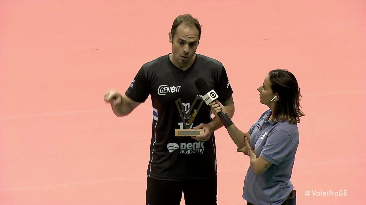 Na volta às quadras, Ricardinho recebe o troféu Viva Vôlei em nome da equipe