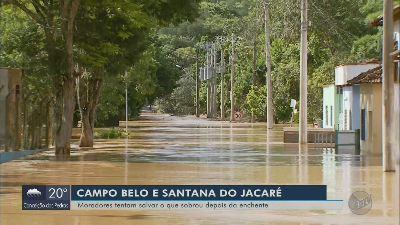 Moradores tentam salvar o que restou depois da enchente em Campo Belo e Santana do Jacaré