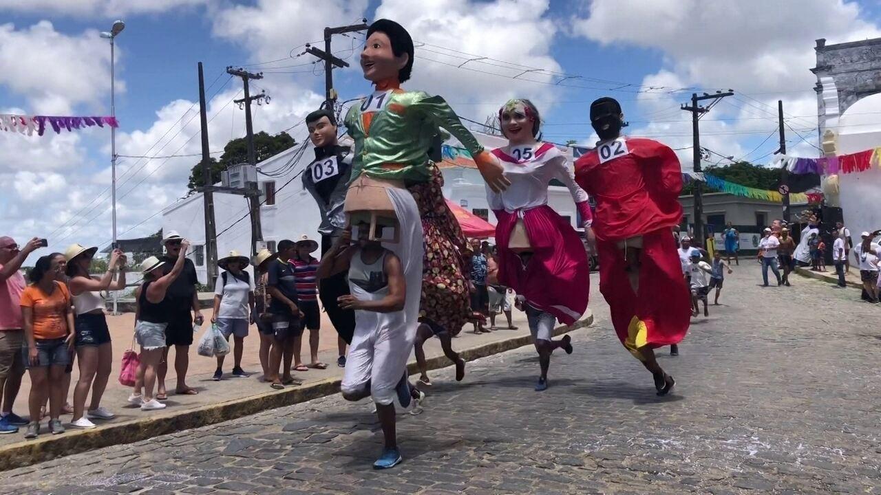 Olinda vira pista de corrida para bonecos gigantes do carnaval