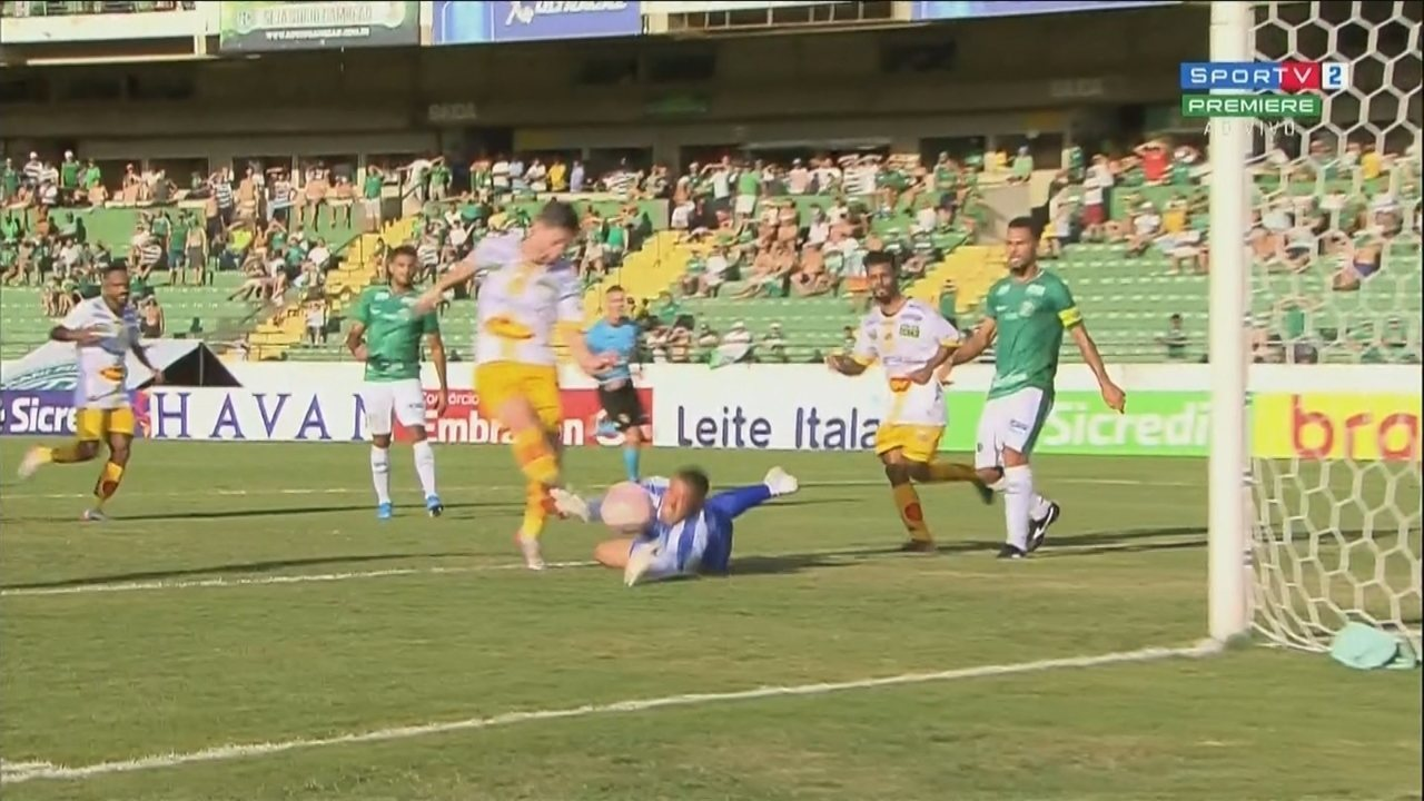 Jefferson Paulino salva o Guarani duas vezes, aos 33 minutos do 2º tempo