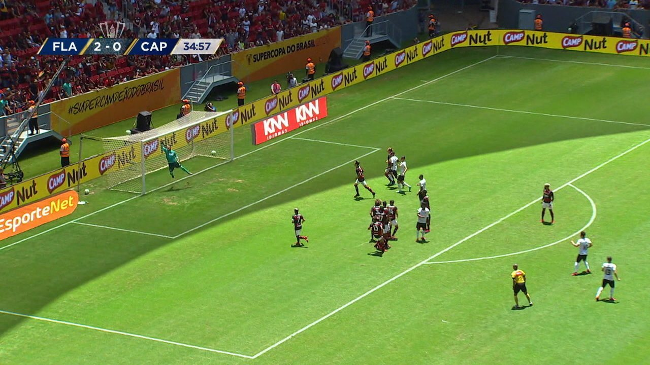 Marquinhos Gabriel cobra falta e manda por cima do travessão, aos 34' do 1º tempo
