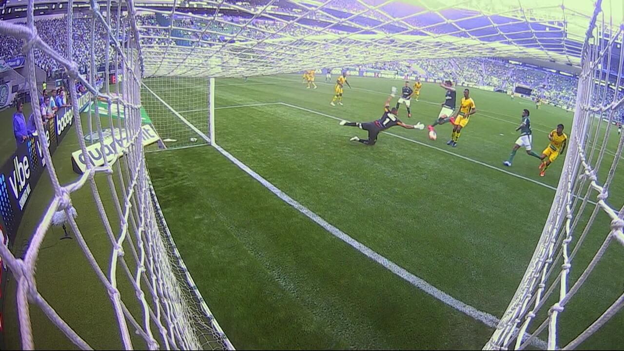 Bruno Henrique faz boa jogada, avança pela direita e cruza na medida para Raphael Veiga fazer o gol