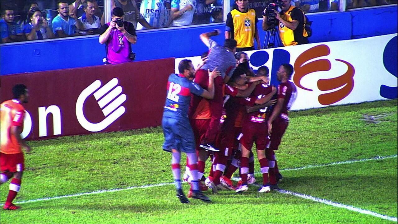 Gol do CRB! Contra o Paysandu, Léo Gamalho bate pênalti e abre o placar, aos 45 do 1º tempo