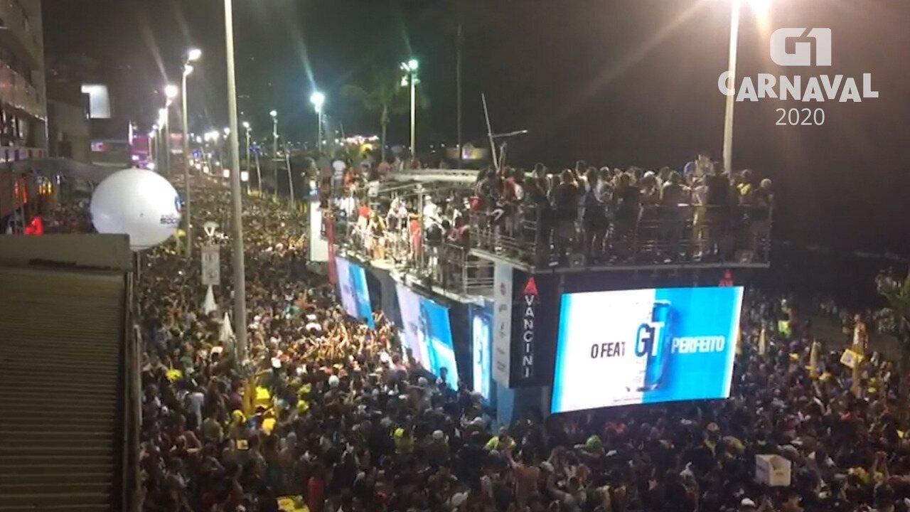Anitta para apresentação ao perceber furto de celular no carnaval de Salvador