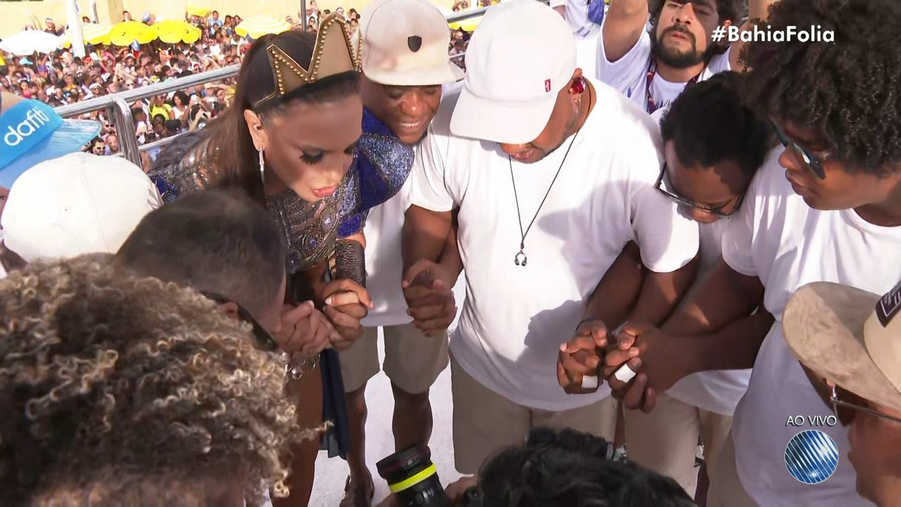 Ivete Sangalo conversa com a equipe e faz oração antes de iniciar o desfile na Barra