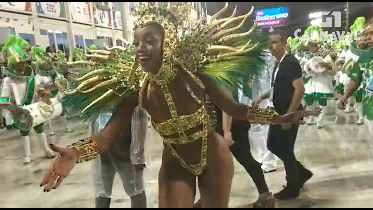 Iza esbanja simpatia na passarela do samba