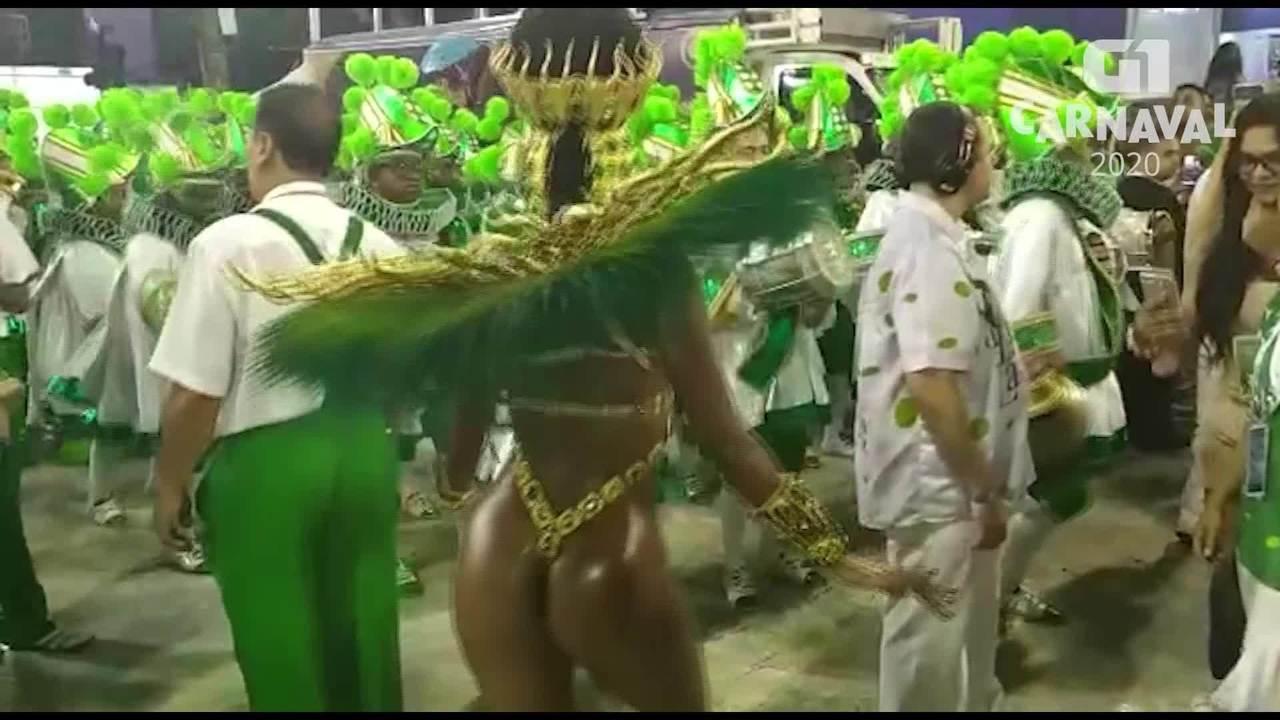 Iza desfila beleza e talento pela Sapucaí
