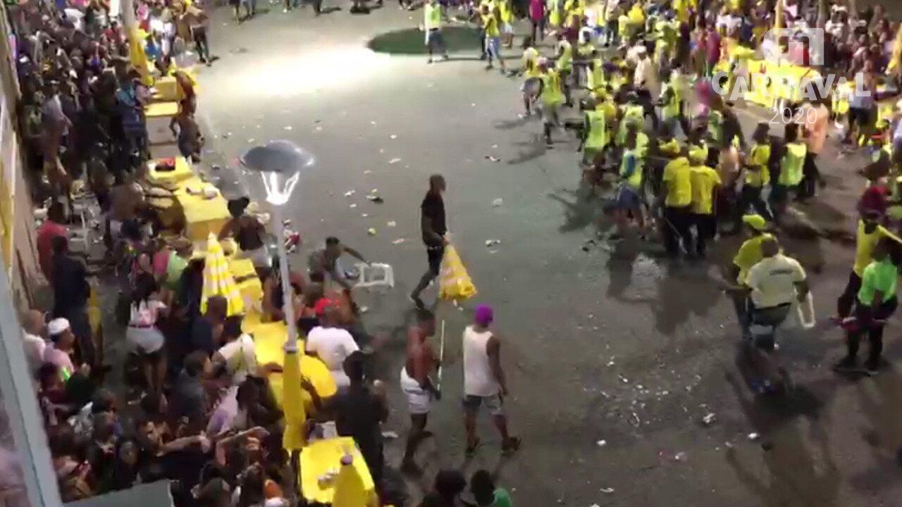 Foliões e cordeiros brigam durante passagem de Rafa e Pipo Marques