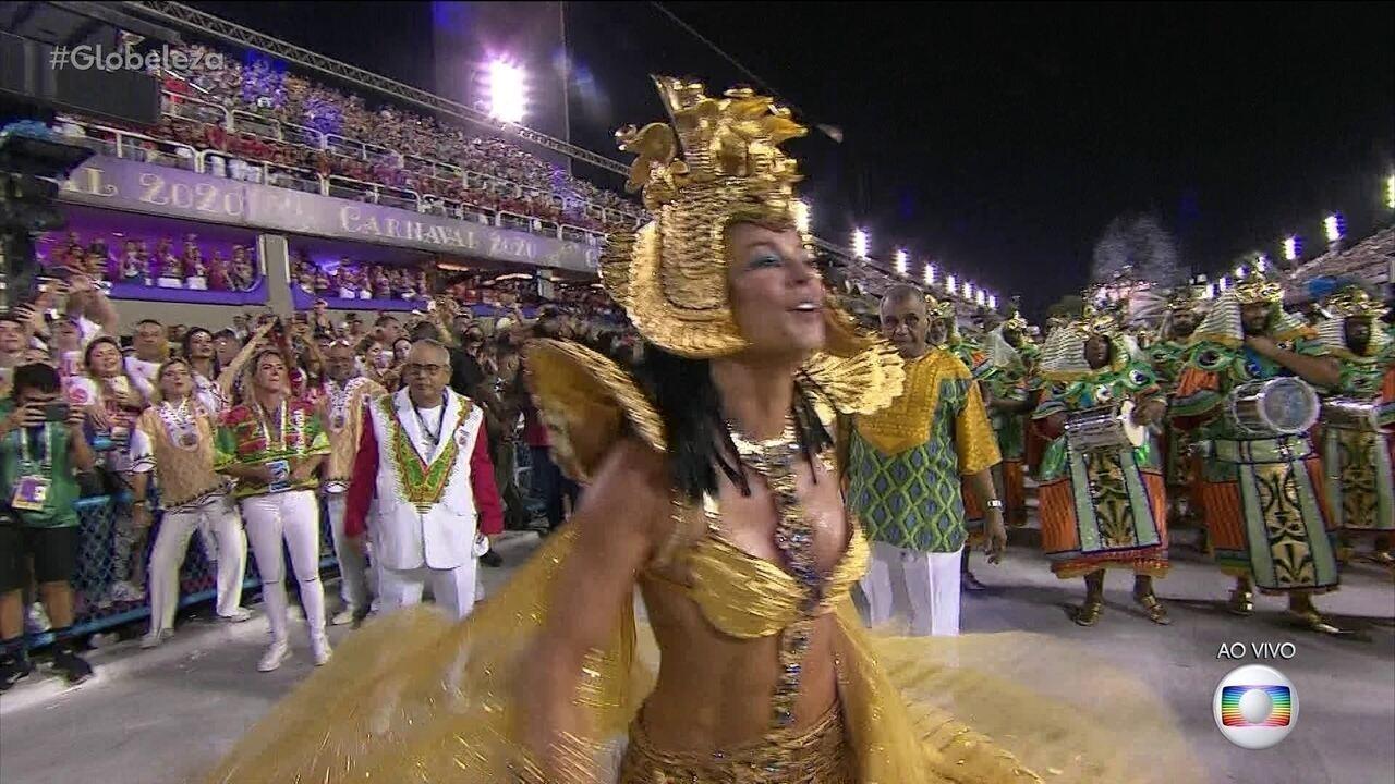 Paolla Oliveira dança e se diverte como rainha de bateria da Grande Rio