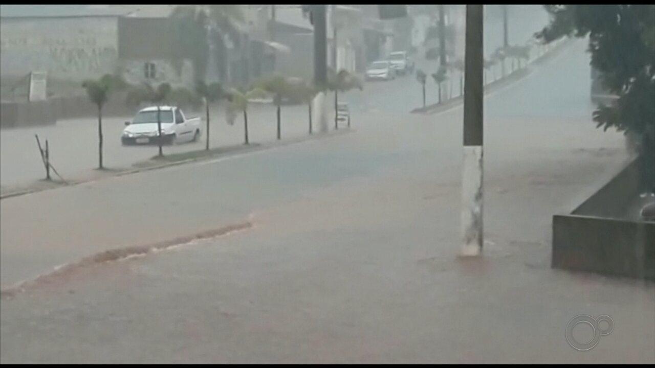 Chuva forte alaga avenida de Cesário Lange nesta segunda-feira