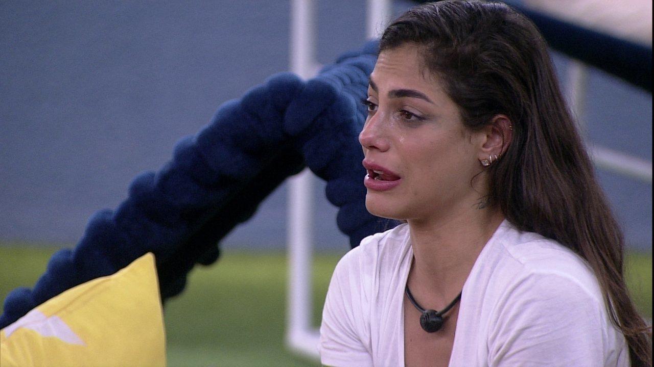 Mari se emociona com música e Daniel aponta: 'Parece que não é real'