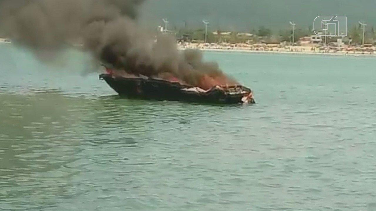Lancha fica destruída após pegar fogo em praia de Guarujá
