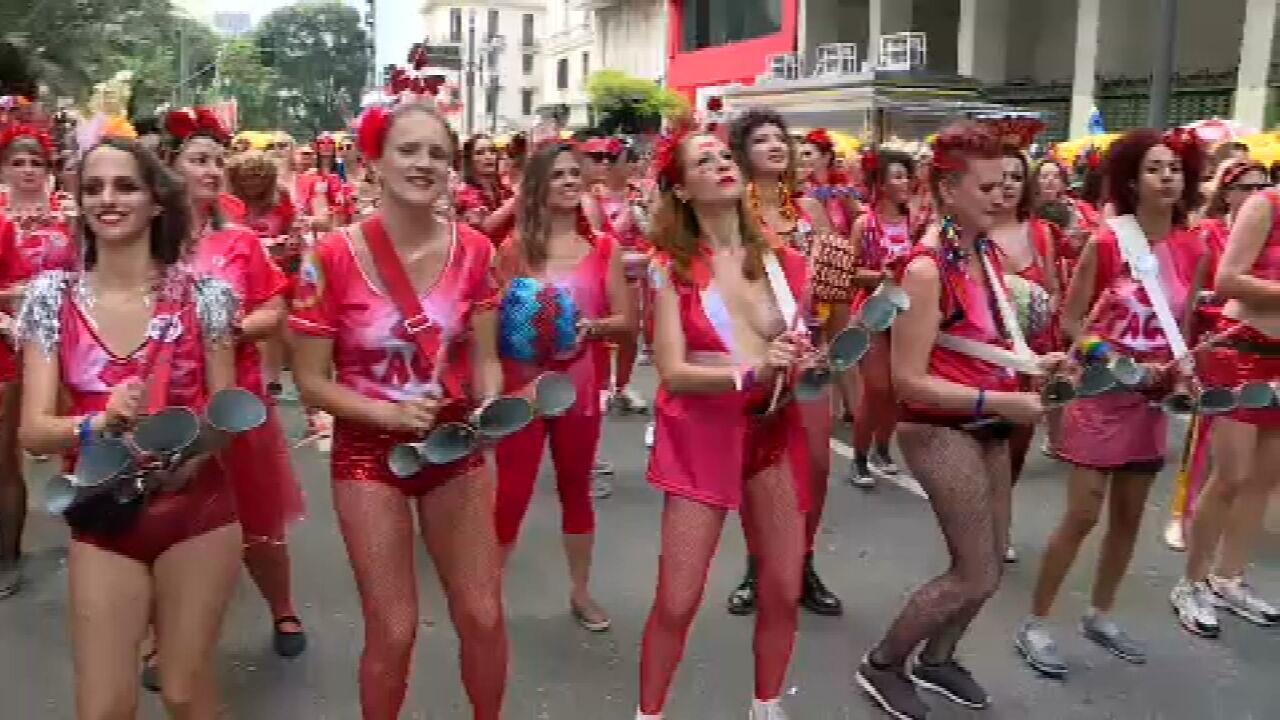 Bloco 'Pagu' desfila em São Paulo com bateria só de mulheres