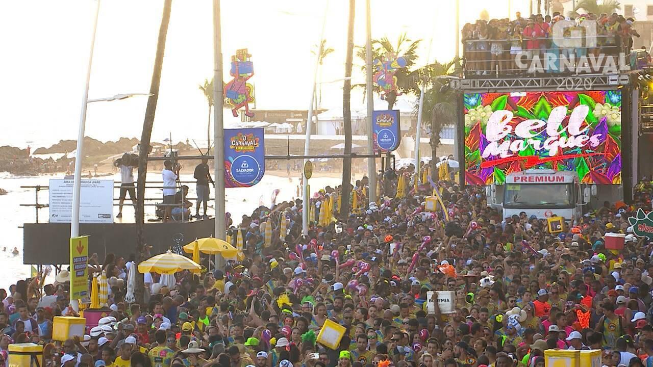 Bloco de Bell Marques arrasta multidão no circuito da Barra-Ondina