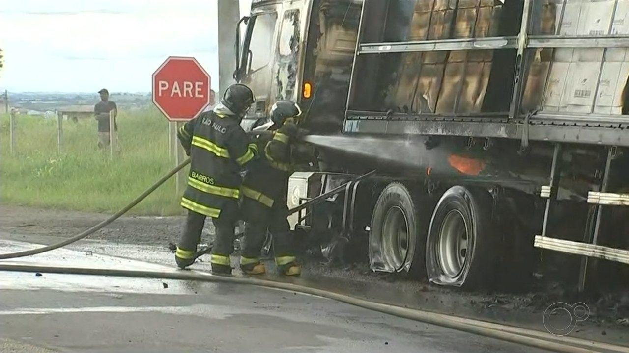 Carreta carregada com papelão pega fogo e mobiliza equipes dos bombeiros em Tatuí