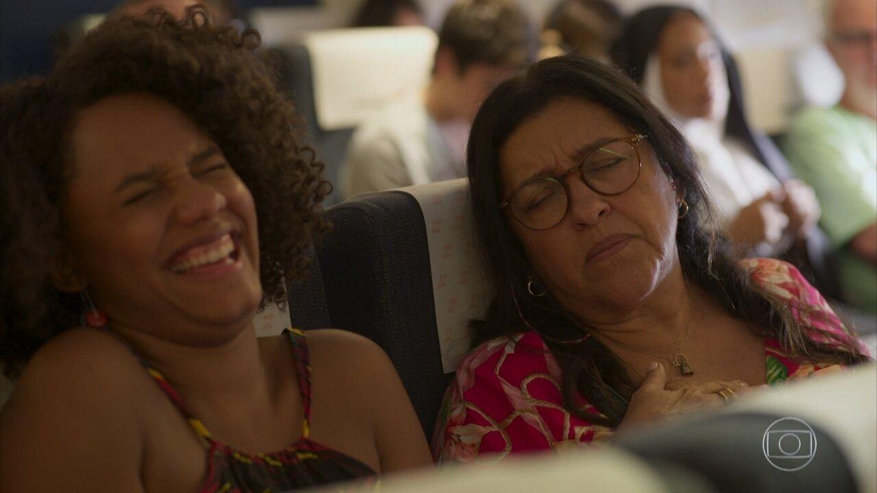 Lurdes fica nervosa dentro do avião