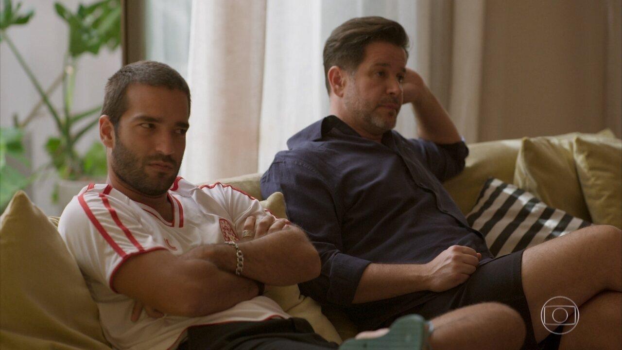 Raul e Sandro assistem a entrevista de Raul