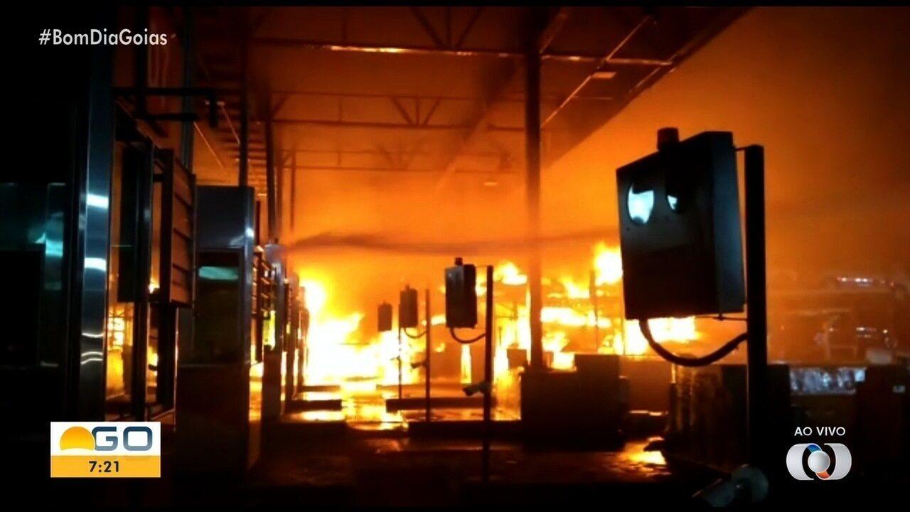 Caminhão pega fogo ao bater em cabine de pedágio e motorista escapa por pouco