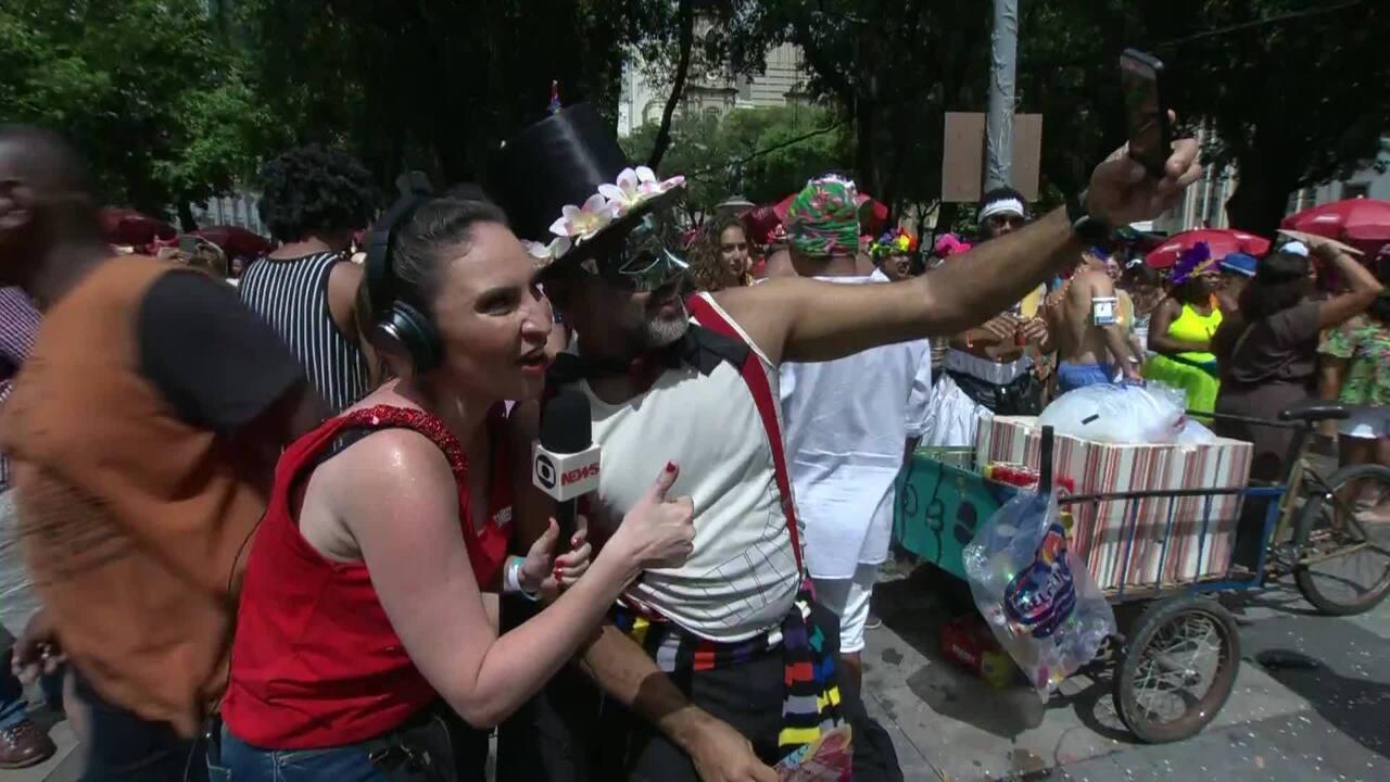 Cecilia Flesch entrevista folião em bloco no Rio