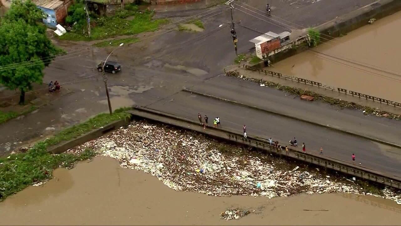 'Tapete' de lixo se forma no Rio Acari após temporal em Saracuruna, RJ