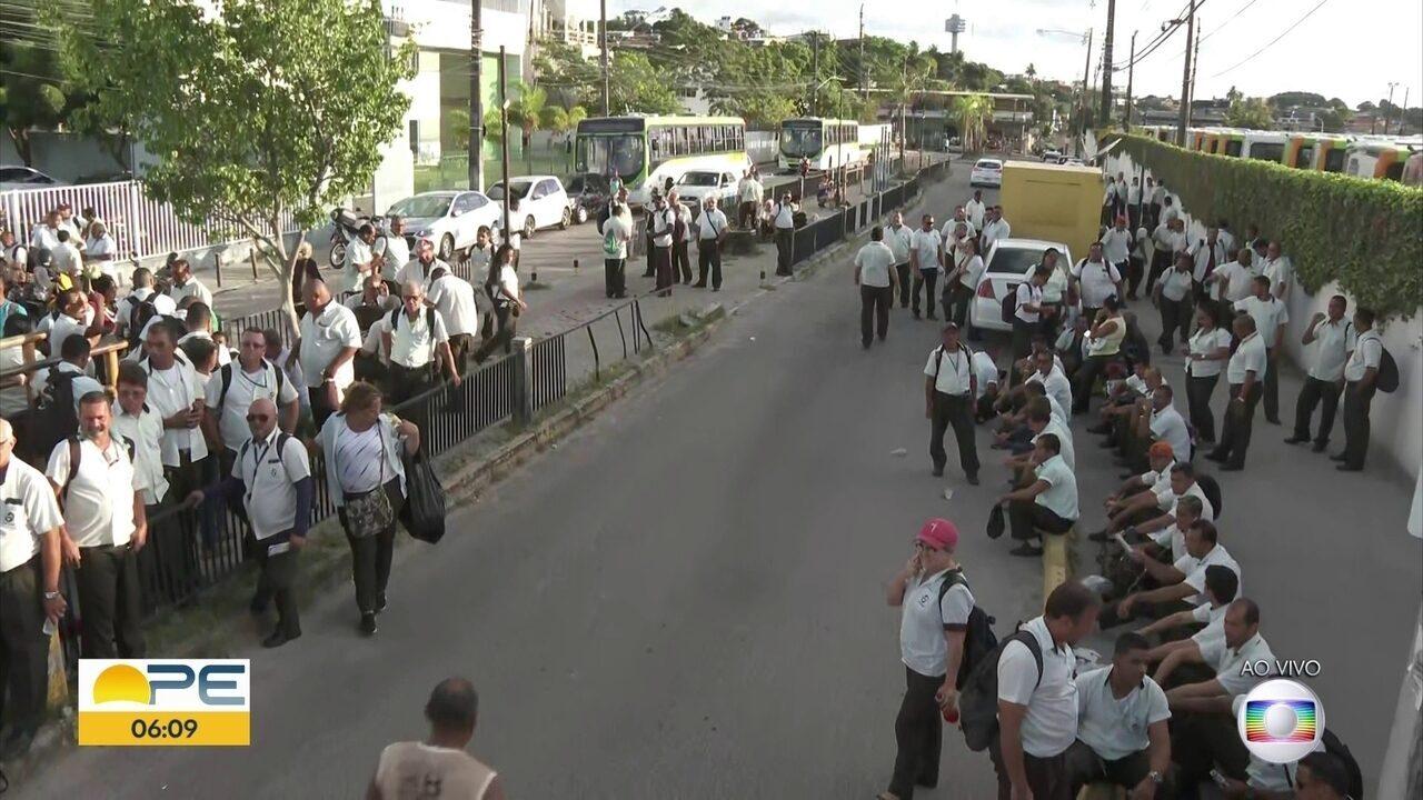 Paralisação de motoristas e cobradores da Caxangá deixa passageiros sem ônibus