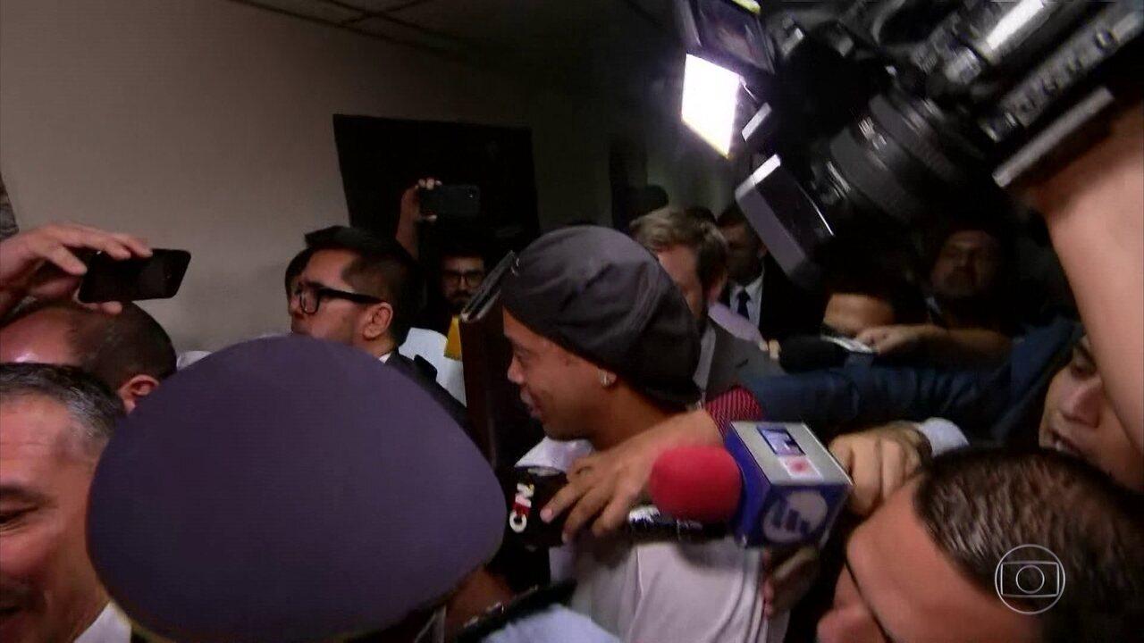 Ronaldinho Gaúcho e o irmão Assis são presos no Paraguai