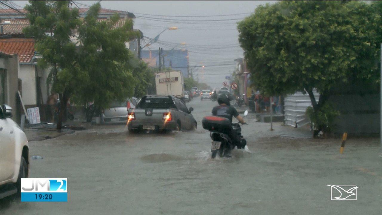 Chuva arrasta carros e alaga ruas em Imperatriz