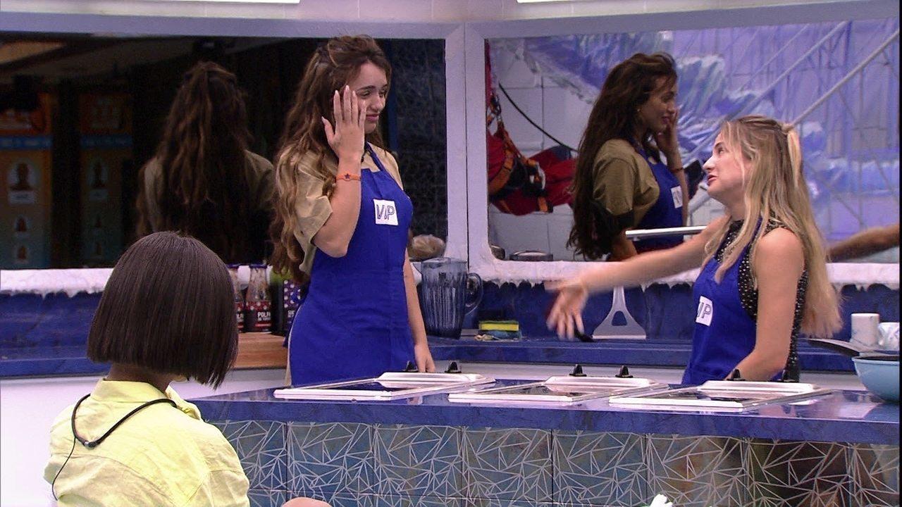Felipe diverte sisters em bricadeira de dublagem