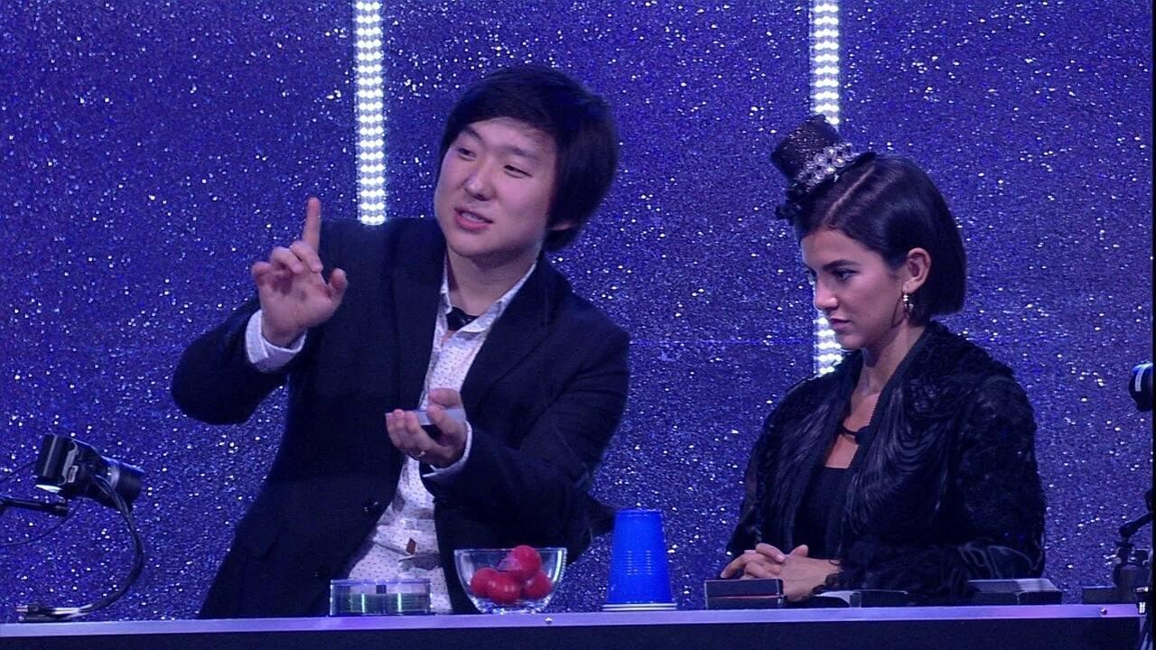 Pyong faz mágica com cartas ao lado de Manu na Festa do Líder