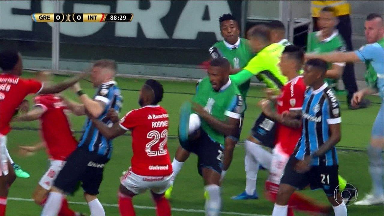 Briga entre jogadores de Grêmio e Internacional mancha clássico pela Libertadores