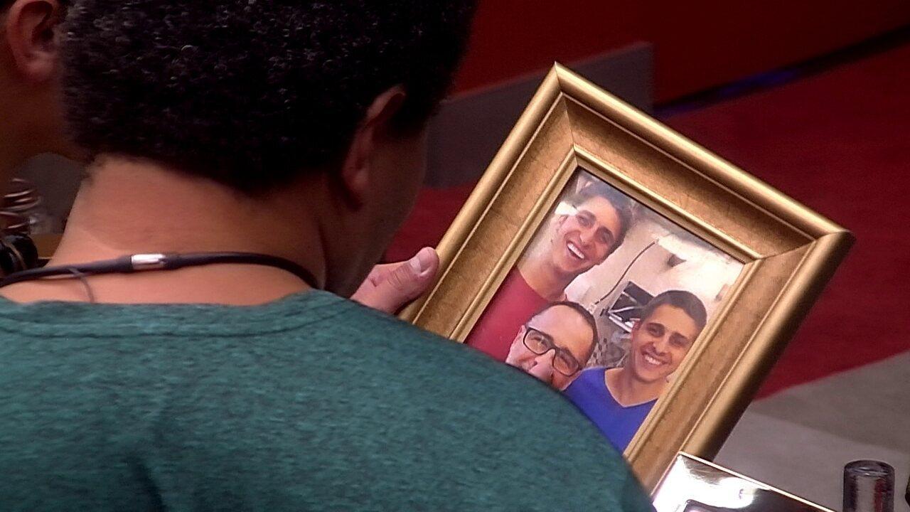 Felipe vê fotos da família no Quarto do Líder