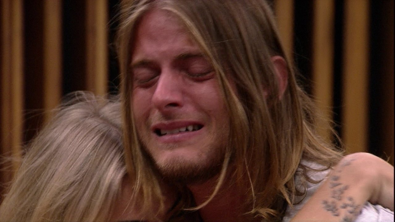 Daniel se emociona e chora com presente do Anjo