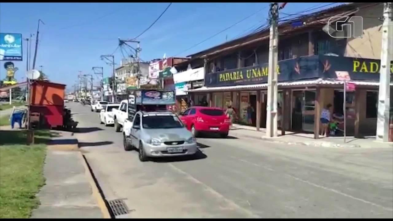 Carros de som alertam sobre coronavírus em Cabo Frio, no RJ