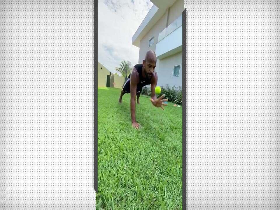 Fellipe Bastos, do Vasco, treina em casa para manter forma física