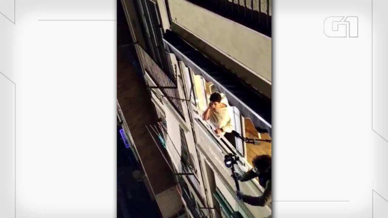 Cantora de ópera Begoña Alberdi canta para vizinhos durante isolamento em Barcelona